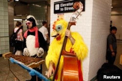 Selain ngamen, dua pemusik ini juga tampil dengan mengenakan kostum unik di stasiun kereta New York.