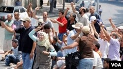 Para demonstran Tunisia meneriakkan slogan-slogan yang mengecam pemerintah di lapangan La Kasbah, di ibukota Tunis (15/7).