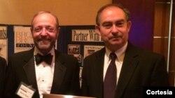 Barry Byer, director ejecutivo del Centro Médico de Brigadas del Hospital de Virginia, y el embajador de Honduras en EE.UU, Jorge Milla Reyes