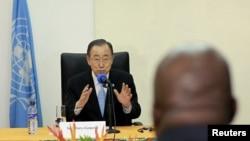 Le secrétaire général des Nations unies Ban Ki-moon s'entretient avec des membres du gouvernement burundais lors de son arrivée à Bujumbura, le 22 février 2016.