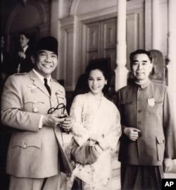 历史照片:中国总理周恩来和印尼总统苏加诺及夫人在雅加达。(1964年)