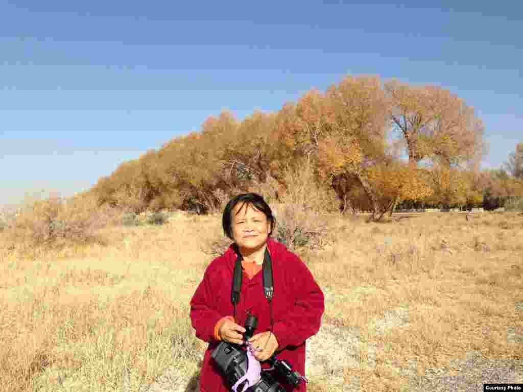 艾晓明在玉门蘑菇滩农场原址采访。(图片:艾晓明提供)