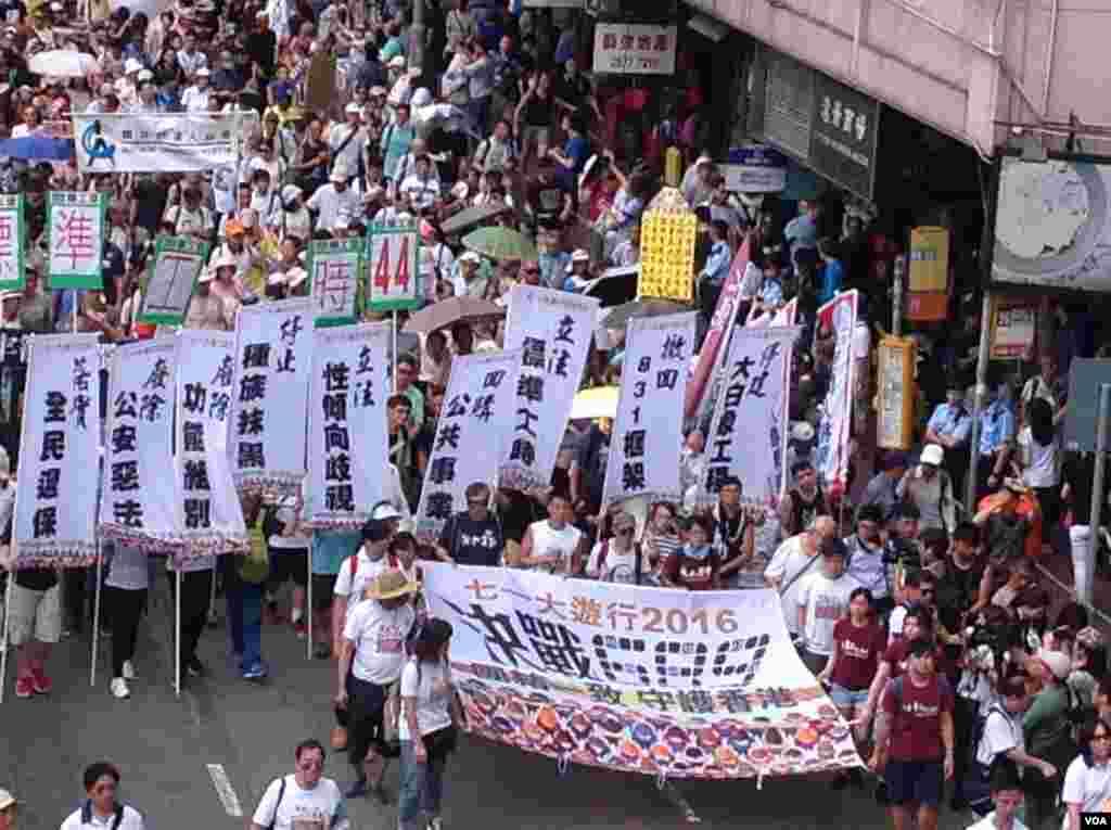 數萬港人參加七一大游行誓言守護香港(美國之音海彥拍攝)
