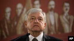 Presiden Mexico Andres Manuel Lopez Obrador memangkas gaji presiden lebih dari separuh menjadi 108 ribu peso per bulan ($5.300), ketika dia dilantik pada 1 Desember 2018.