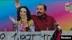 Affiche du président nicaraguayen Daniel Ortega avec la vice-présidente, son épouse Rosario Murillo, Managua, 27 mars 2020. (Reuters/Oswaldo Rivas)