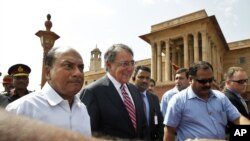 Bộ trưởng Quốc phòng Mỹ Leon Panetta (giữa) cùng đi với Bộ trưởng Quốc Phòng Ấn Độ A. K. Antony (trái) đến Bộ Quốc phòng ở New Delhi
