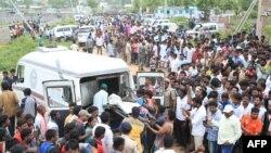 Pekerja pemerintah negara bagian India dari 'layanan mobil jenazah gratis' mengangkut jenazah dengan kendaraan mereka setelah ledakan di pabrik petasan di Warangal, di negara bagian Telangana, India selatan, 4 Juli 2018, sebagai ilustrasi. (Foto: Reuters)