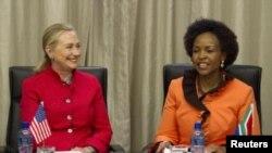 ທ່ານນາງ Hillary Rodham Clinton ພົບປະທ່ານນາງ Maite Nkoana-Mashabane ທີ່ນະຄອນ Pretoria, ອາຟຣິກາໃຕ້