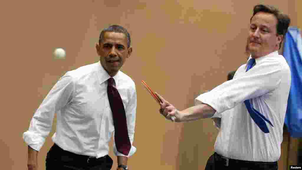 Le président américain Barack Obama joue au tennis de table avec le Premier ministre David Cameron au Globe Academy à Londres, 24 mai 2011.