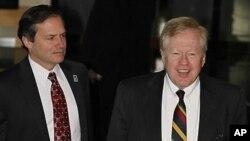 중국 베이징에서 열린 대북 영양지원 회담에 앞서 기자회견을하는 미국의 로버트 킹 북한인권특사(우) 미 국무부 산하 국제개발처의 존 브라우스 부국장(좌)