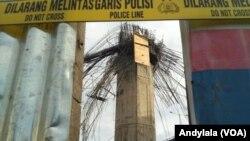 Kecelakaan kerja proyek infrastruktur tiang pancang tol Becakayu (Bekasi Cawang Kampung Melayu) roboh pada Selasa (20/2) dinihari diberi garis batas polisi. (Foto:VOA/ Andylala).