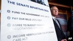 Pemimpin Mayoritas di Senat, Harry Reid (Demokrat-Nevada) dalam konferensi pers seusai meloloskan RUU untuk menaikkan pagu utang dan mendanai pengeluaran pemerintah AS di Gedung Capitol, Washington DC (16/10).