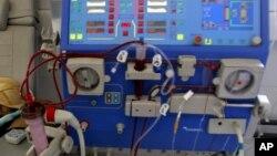 Công an đang làm việc với đơn vị cung ứng thiết bị y tế, trong đó có thiết bị lọc thận, cho Bệnh viện đa khoa tỉnh Hòa Bình.