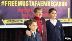 ევროპარლამენტარი ქლერ მუდი თბილისში მუსტაფა ჩაბუქის შვილებთან ერთად
