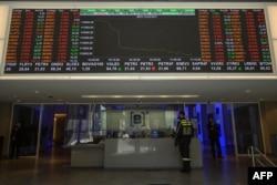 Grafik indeks saham di Bursa Efek Sao Paulo (B3), Sao Paulo, Brasil, 22 Februari 2021.