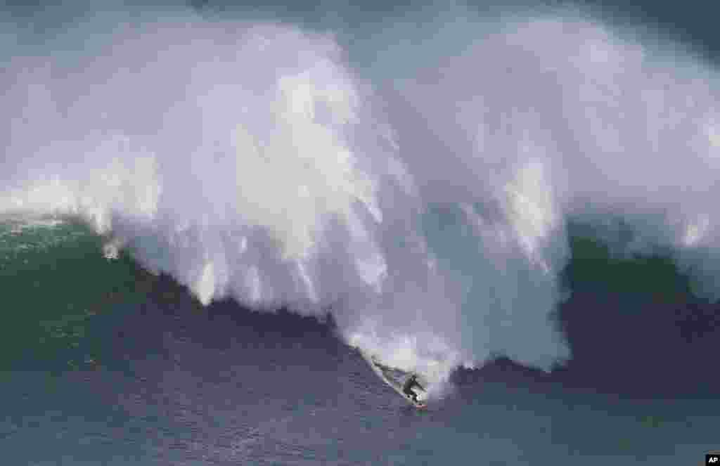 رافیل تاپای، موج سوار چیلی در حال موج سواری در ساحل شمالی کشور پرتگال.
