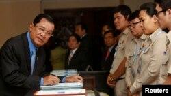 지난달 수도 프놈펜의 국회를 방문한 훈 센(왼쪽) 캄보디아 총리. (자료사진)