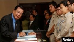 Cambodia's Prime Minister Hun Sen (L), arrives before Cambodia's Parliament session to vote on a rare shake up of his cabinet, at the National Assembly in Central Phnom Penh, April 4, 2016.