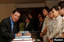 លោកនាយករដ្ឋមន្ត្រី ហ៊ុន សែន មកដល់រដ្ឋសភាជាតិ ខណៈដែលរដ្ឋសភាបោះឆ្នោតផ្តល់សេចក្តីទុកចិត្តដល់សំណើផ្លាស់ប្តូរសមាសភាពគណៈរដ្ឋមន្ត្រីរបស់លោកនាយករដ្ឋមន្ត្រី នៅរាជធានីភ្នំពេញ កាលពីថ្ងៃច័ន្ទ ទី៤ ខែមេសា ឆ្នាំ២០១៦។ (Reuters/Samrang Pring)