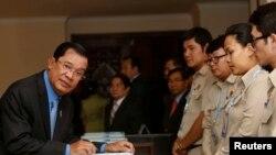 រូបឯកសារ៖ លោកនាយករដ្ឋមន្ត្រី ហ៊ុន សែន មកដល់រដ្ឋសភាជាតិ ខណៈដែលរដ្ឋសភាបោះឆ្នោតផ្តល់សេចក្តីទុកចិត្តដល់សំណើផ្លាស់ប្តូរសមាសភាពគណៈរដ្ឋមន្ត្រីរបស់លោកនាយករដ្ឋមន្ត្រី នៅរាជធានីភ្នំពេញ កាលពីថ្ងៃច័ន្ទ ទី៤ ខែមេសា ឆ្នាំ២០១៦។ (Reuters/Samrang Pring)