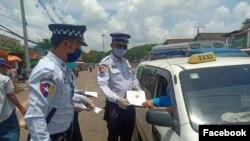ယာဥ္အႏၲရာယ္ကင္းရွင္းေရးႏွင့္ ေမာ္ေတာ္ယာဥ္စီမံခန႔္ခြဲမႈ ဉပေဒအား ယာဥ္ေမာင္းမ်ားထံသို႔ အမွတ္(၂)ယာဥ္ထိန္းရဲတပ္ဖြဲ႕ခြဲ(ရန္ကုန္)ရွိ ယာဥ္ထိန္းရဲတပ္ဖြဲ႕ဝင္မ်ား (Credit- Yangon Traffic Police's Facebook)