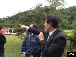 宜兰县政府秘书长陈鑫益在绿色博览会上向记者介绍情况 (美国之音木风拍摄)