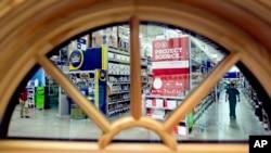 一扇窗口显示的美国亚特兰大市一家仓储式商店的货架(资料图)