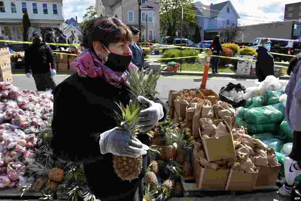 Волонтери дистрибуираат храна во Еверет, Масачусетс (Joseph Prezioso / AFP)
