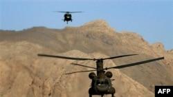 Trực thăng Chinook bay ngang khu vực đồi núi Paktia gần tỉnh Khost, khoảng 200 km (120 dặm) về phía đông nam thủ đô Kabul