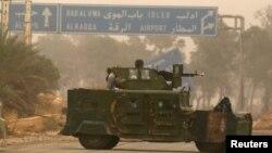 Vehículos militares rebeldes circulan por Dahiyat al-Assad, al oeste de Alepo, Siria, el viernes, 28 de octubre, de 2016.