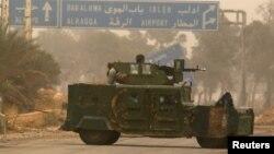 Seorang pejuang dari kelompok pemberontak mengendarai kendaraan militer di Dahiyat al-Assad, sebelah barat kota Aleppo, Suriah, 28 Oktober 2016 (REUTERS/Ammar Abdullah)
