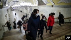 莫斯科地铁站里一名带孩子的妇女。(2020年3月18日)