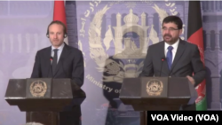 ضرار احمد عثمانی و مارتین لایدیگارد در یک نشست خبری در کابل