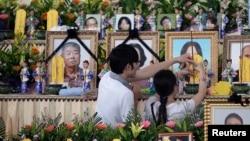 Thân nhân các hành khách trên chuyến bay ATR-72 thắp nhang cầu nguyện tại một nhà quàn ở Penghu, ngày 24/7/2014.