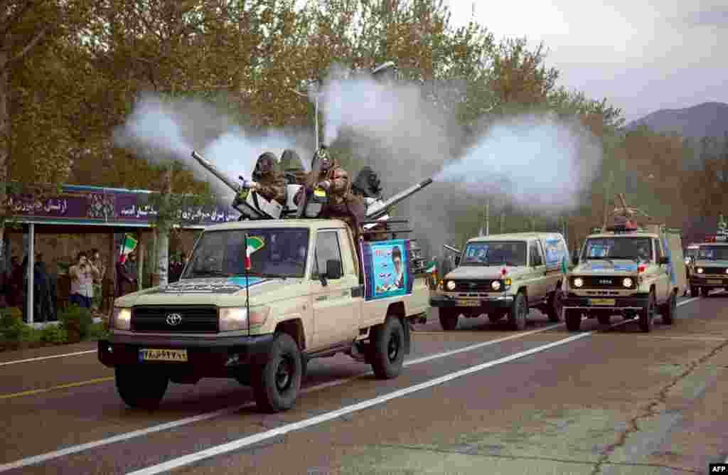 فوجی گاڑیاں سڑکوں پر جراثیم کش ادویات کا اسپرے بھی کرتی رہیں۔
