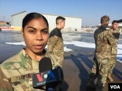 통신담당인 카리나 로페스 이병이 VOA와 인터뷰에서 북한 군인 오 씨를 후송할 당시 상황을 자세히 설명하고 있다.