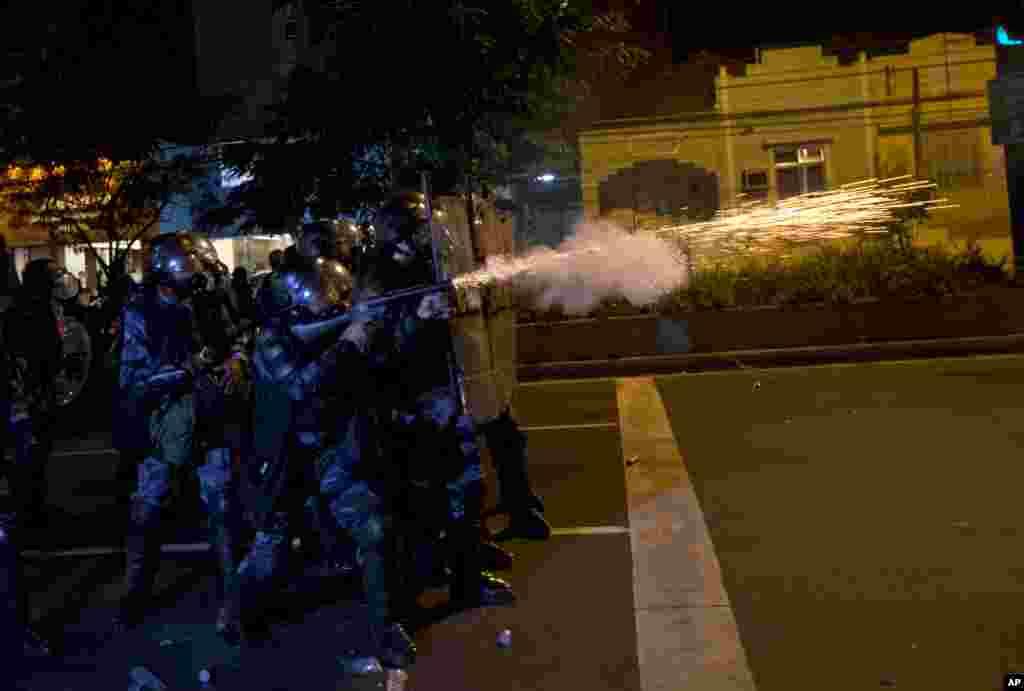 19일 브라질 리우데자네이루에서 경찰이 시위대에 최루탄을 발사하고 있다.
