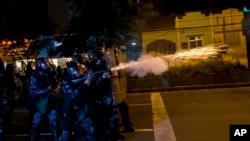 Cảnh sát Brazil đụng độ với người biểu tình.