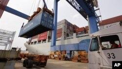 지난 7월 미국 보스턴항에 정박한 중국 화물 선박.