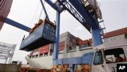 지난 7월 미국 보스턴 항에 정박한 중국 수출 선박.