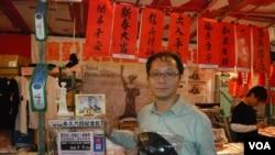 Ông Richard Tsoi, Phó Chủ tịch Liên minh Hong Kong trong tổ chức Hỗ trợ phong trào Dân chủ Yêu nước ở Trung Quốc, bán hàng để gây quỹ cho Viện bảo tàng Thiên An Môn ở Hồng Kông