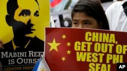 """Người biểu tình cầm khẩu hiệu """"Trung Quốc hãy ra khỏi biển Tây Philippines"""" trước tòa đại sứ Trung Quốc, ngày 12/6/2014."""