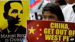 Người biểu tình phản đối Trung Quốc bên ngoài lãnh sự quán Trung Quốc ở Manila, Philippines 12/6/2014.