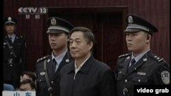 Bo Xiliai, mantan politikus China saat disidang di pengadilan tinggi Jinan, provinsi Shandong (Foto: dok).