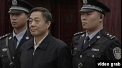 2013年10月25日,薄熙来出庭并在庭审过程中为自己辩护。(视频截图)