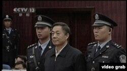 တ႐ုတ္ကြန္ျမဴနစ္ပါတီ ထိပ္ပိုင္းေခါင္းေဆာင္ တဦးအျဖစ္ တာဝန္ယူခဲ့တဲ့ Bo Xilai ကို တရားရံုးတြင္ ေတြ႔ရစဥ္။