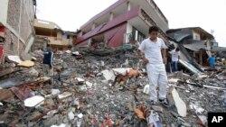 2016年4月17日厄瓜多尔佩德纳莱斯: 强震后在废墟里搜寻物品