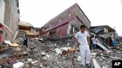 2016年4月17日厄瓜多尔佩德纳莱斯: 强震后在废墟里搜寻物品。