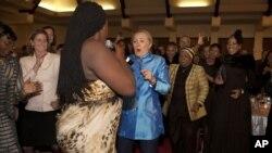 En una cena celebrada este martes 7 de julio en la casa de invitados Sefako M. Makgatho en Pretoria, la secretaria de Estado se animó a bailar junto a la cantante de jazz Judith Sephuma.