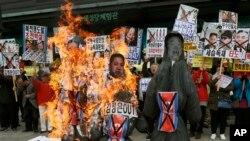 Protesti u Seulu tokom kojih su spaljivane lutke sa likom severnokorejskih lidera